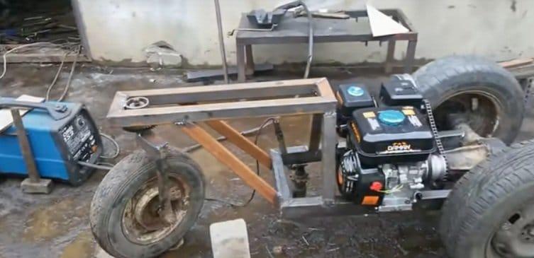 Мини трактор с очень простой механикой