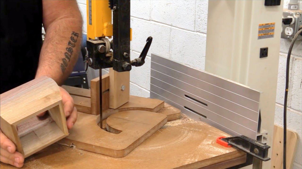 Do-it-yourself radius carriage for band saws