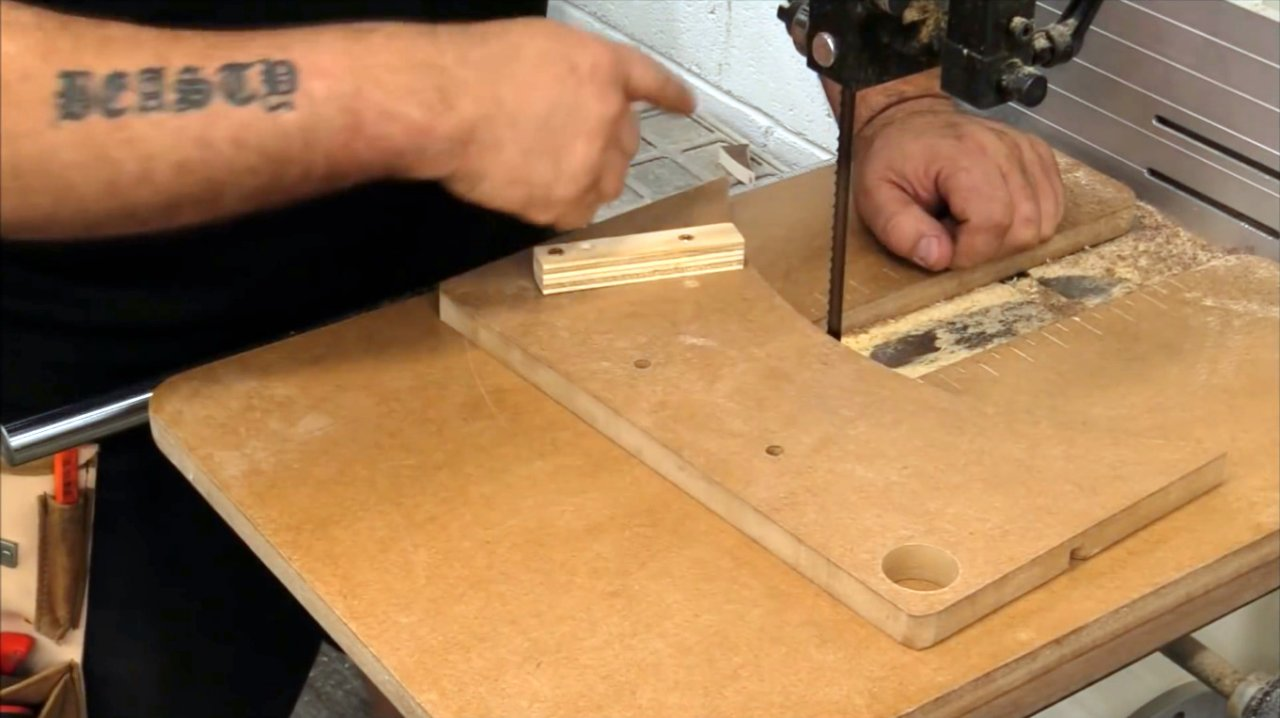Do-it-yourself radius carriage for a band saw