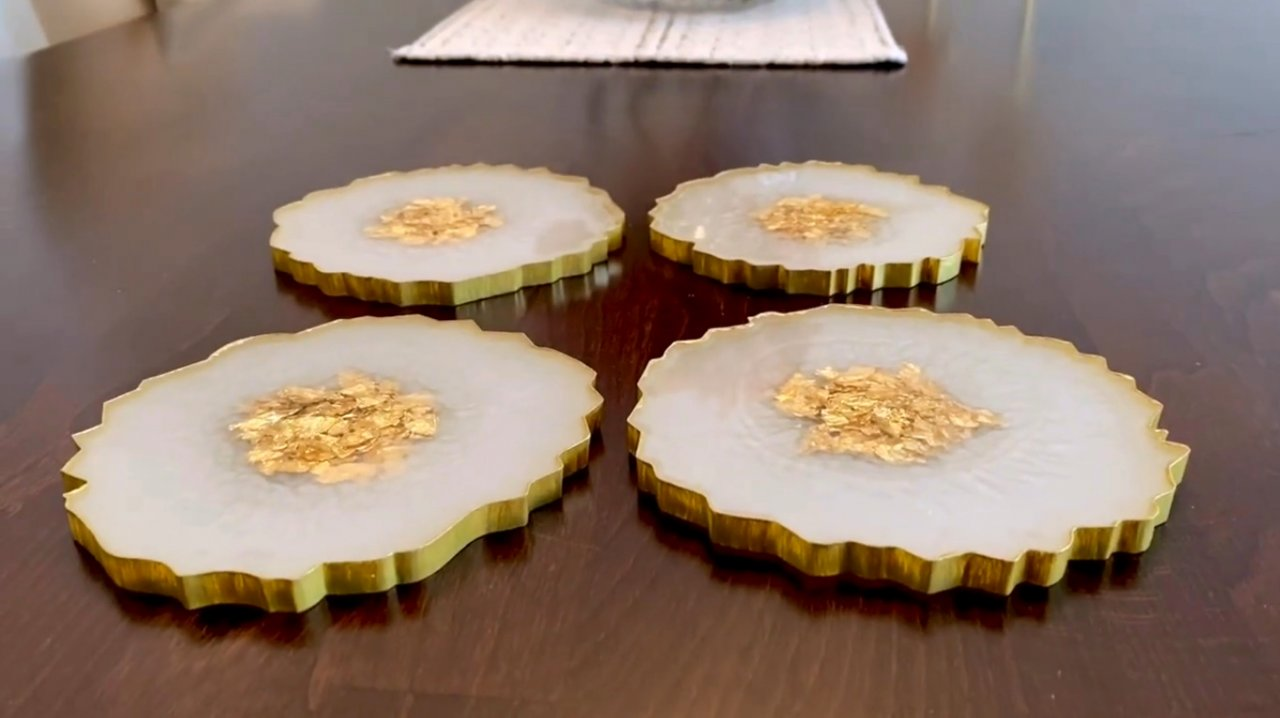 Stands made of epoxy resin, inlaid with gold leaf with their own hands
