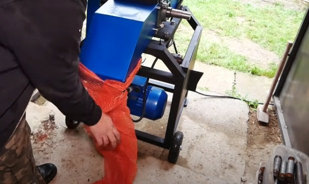 Universal chipper (wood chip cutter) with screw log splitter