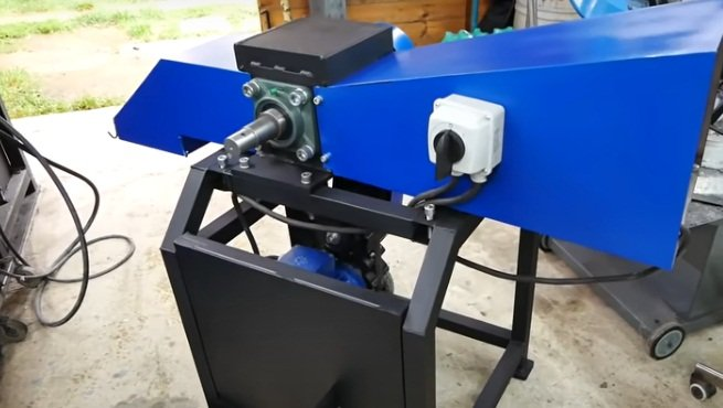 Universal chipper (wood chip cutter) with a screw log splitter