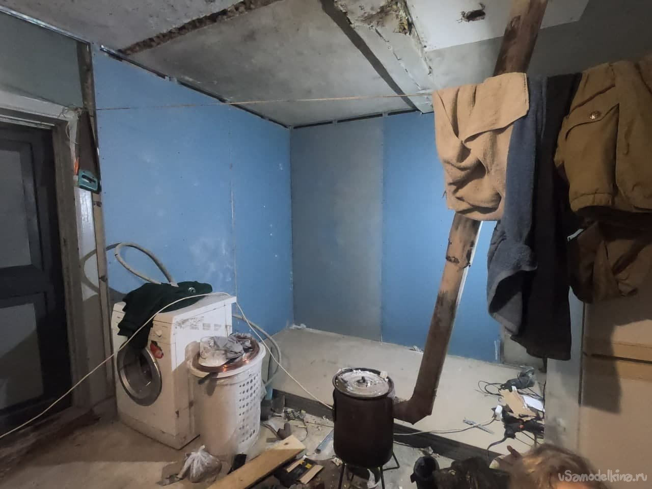 Rustic repair (screed, wall cladding, linoleum on a crooked floor)