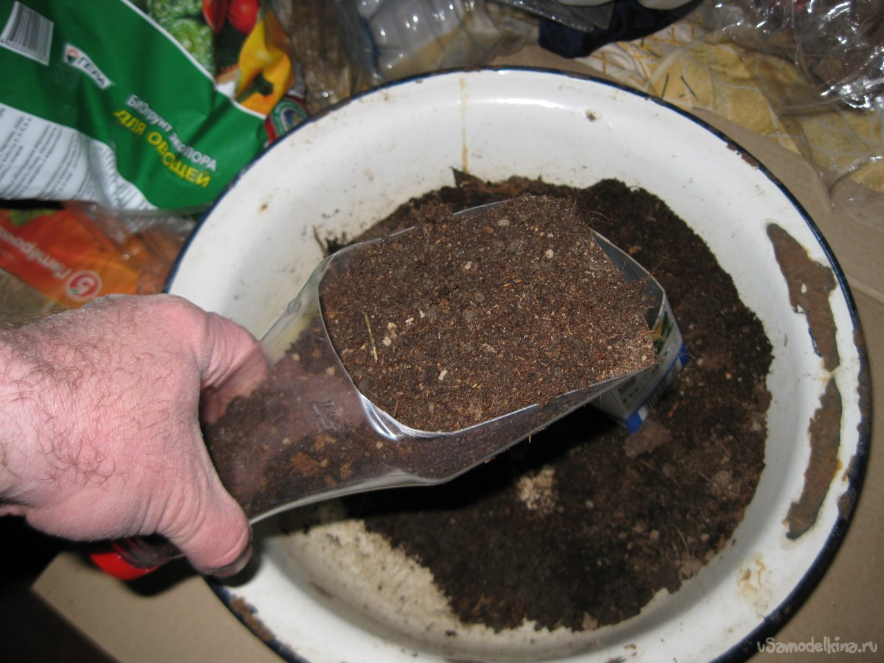 Two simple homemade scoops for working with soil for seedlings