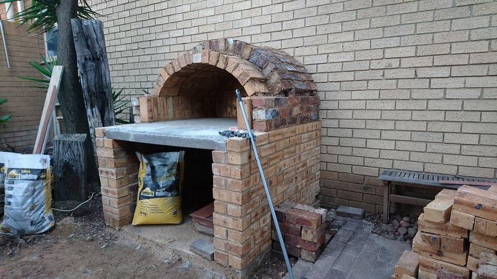 Outdoor brick oven for making pizza and not only
