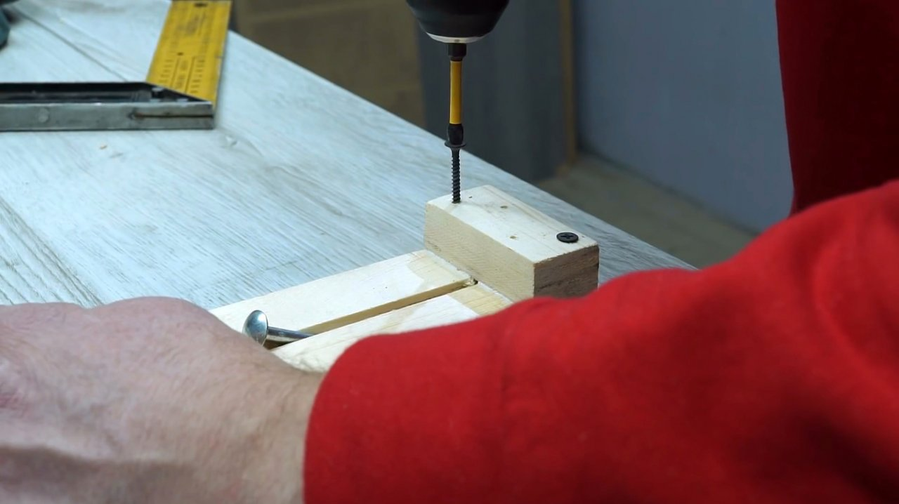 How to make a simple 90-degree guide for a hand circular and a jigsaw
