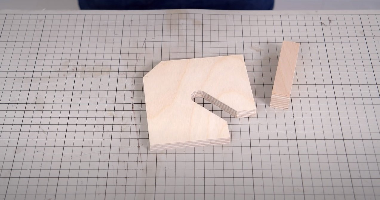 Corner clamp for gluing wooden parts