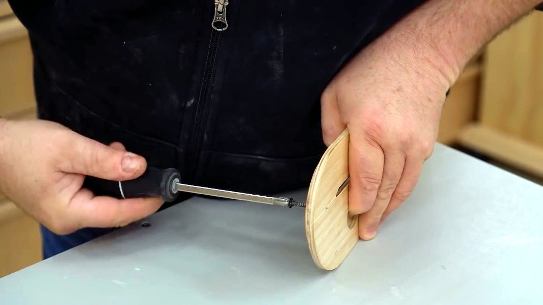 How to embed a marking thickness gauge in the circular saw table
