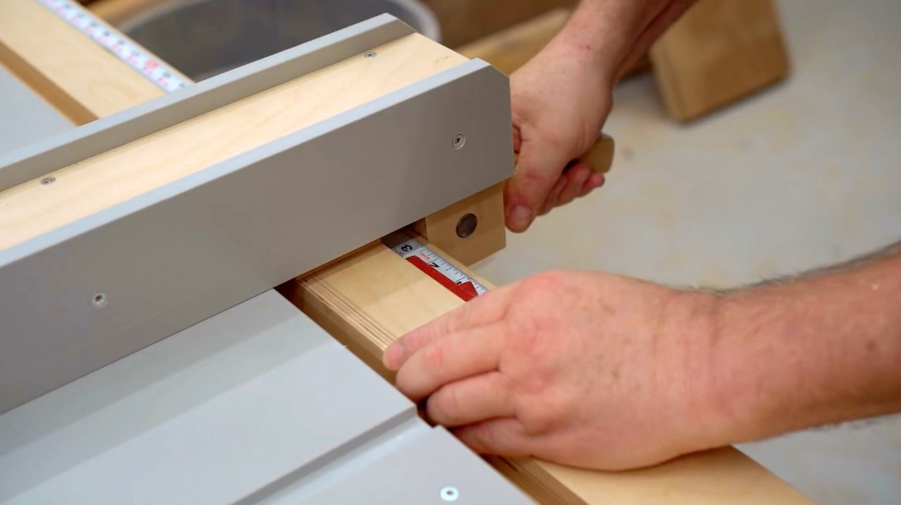 How to embed a marking thickness gauge into the circular saw table