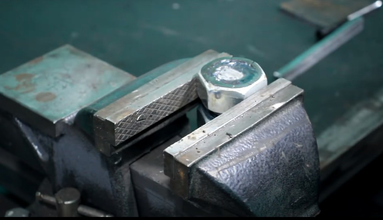 A simple device for bending small diameter steel wire