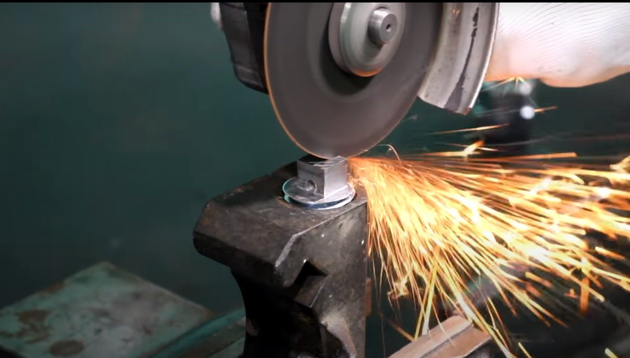 Simple device for bending small diameter steel wire