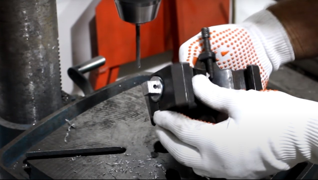 Simple device for bending steel wire of small diameter