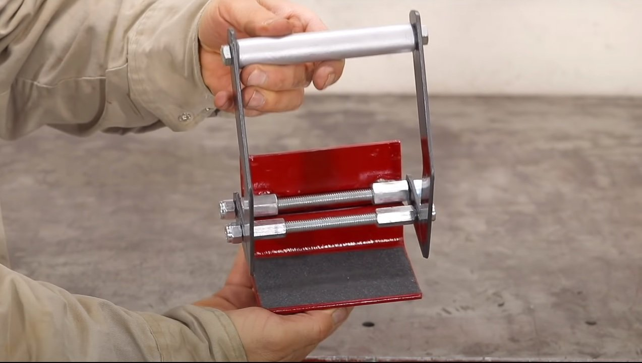 Gripper for easy carrying of plywood sheets and furniture boards