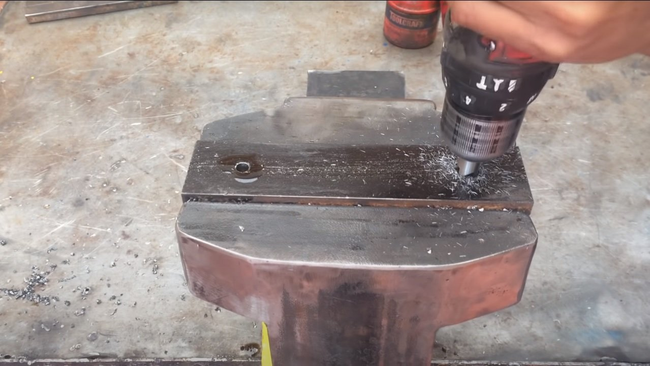 Powerful metal vise for the workshop with your own hands