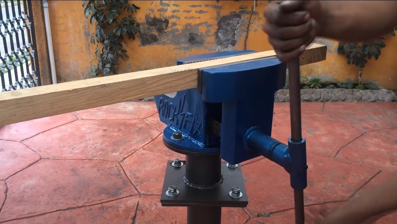 Do-it-yourself powerful metal vise for a workshop