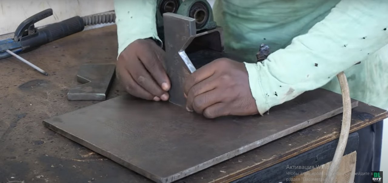 Notch for round metal pipes