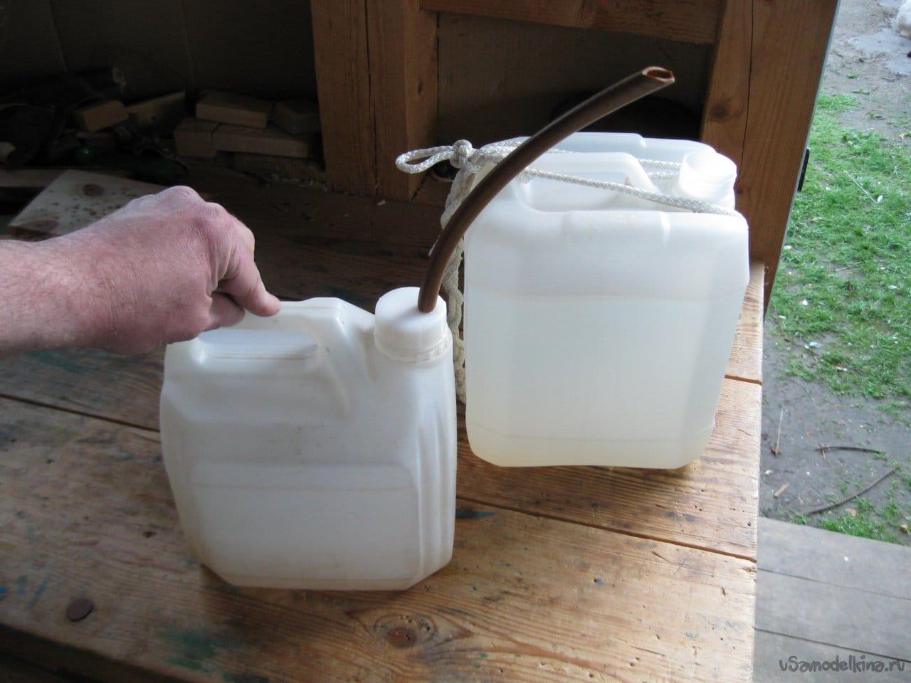 Две самодельные лейки из пластиковых канистр для полива рассады
