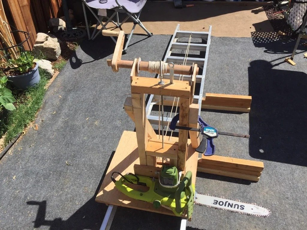 Machine (from a chainsaw and a ladder) for cutting logs