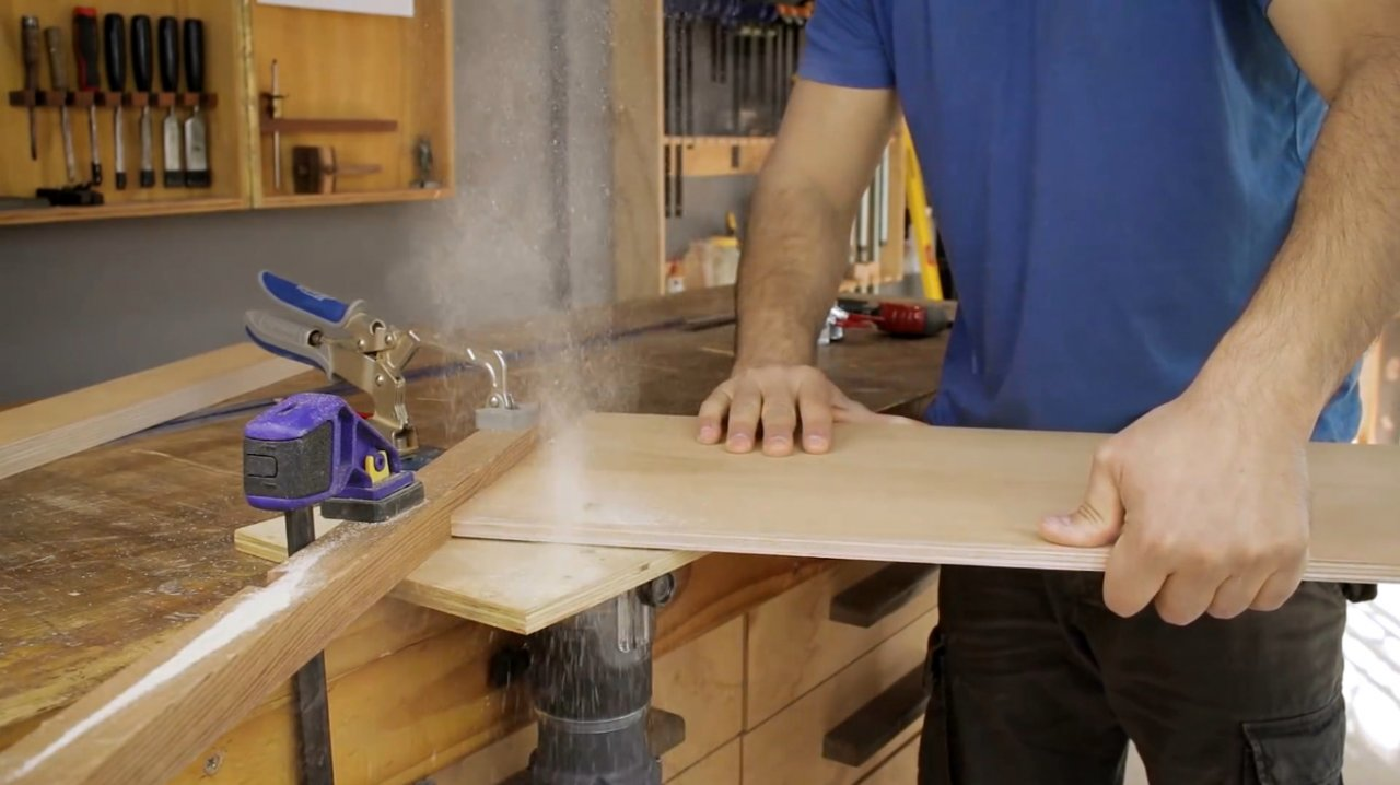 Adjustable angle carriage for a circular saw with your own hands