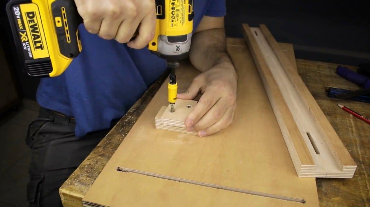 Adjustable angle carriage for circular saw do-it-yourself