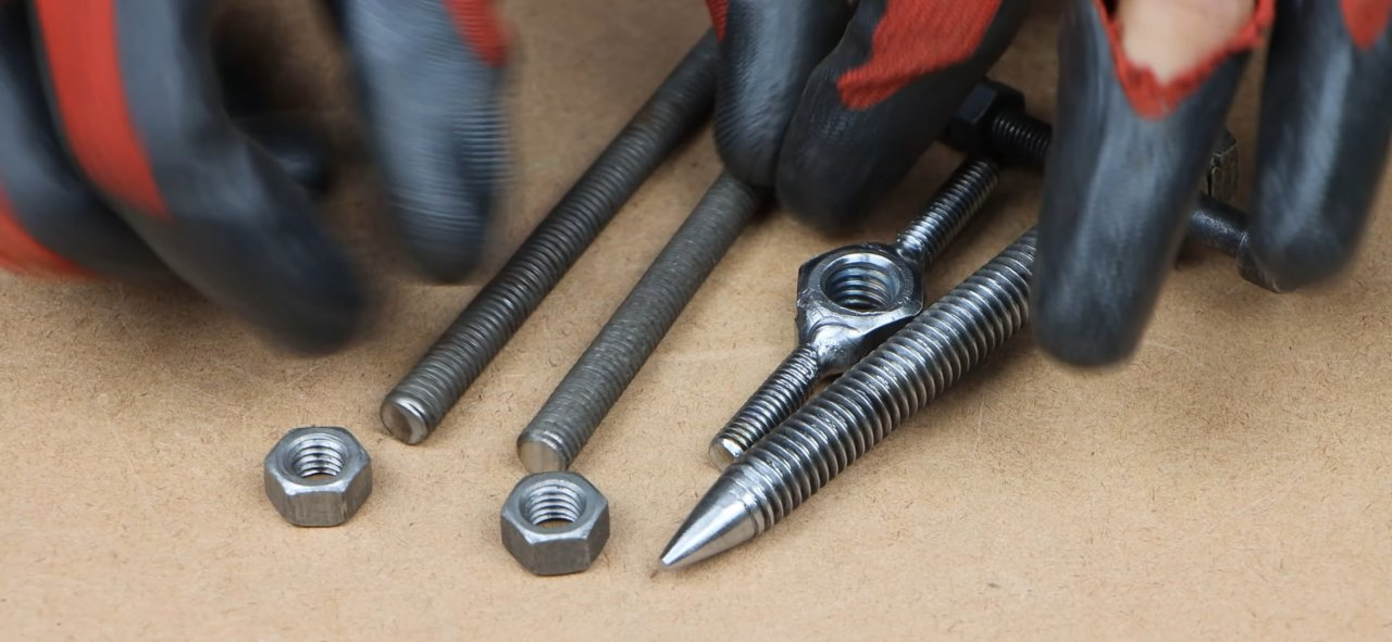 Simple screw bearing puller made of a stud and bolt