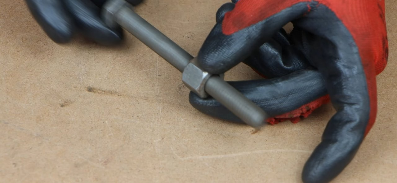 Compact tool for bending metal strips, made of bolts and nuts