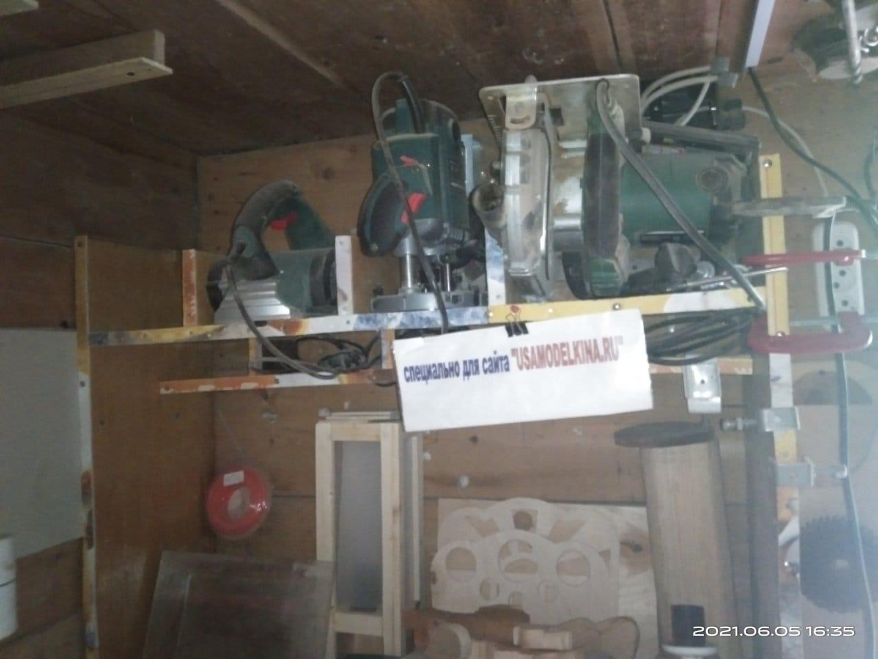 Навесная полка-шкаф для хранения электроинструмента с ящиками для метизов из канистр