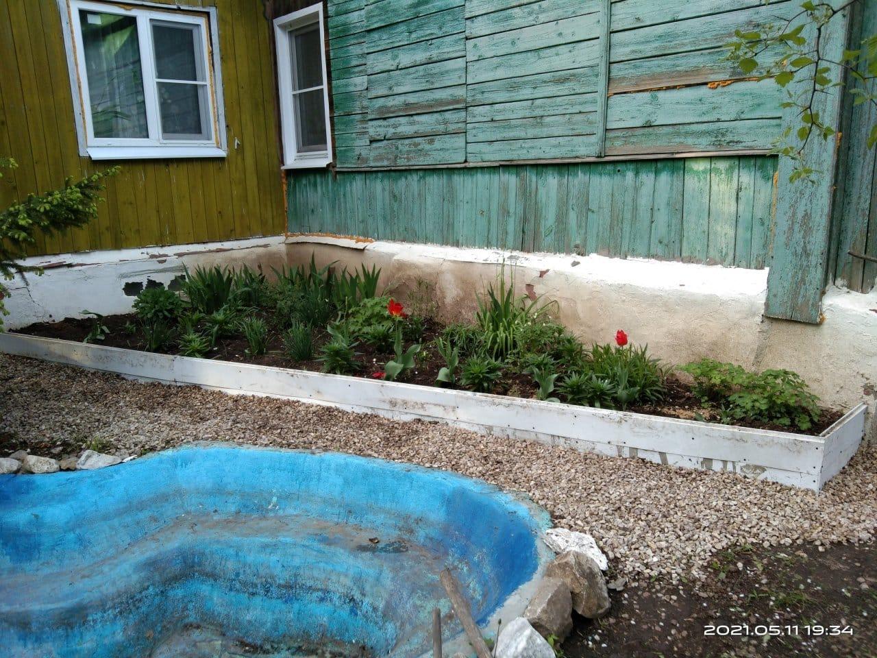 Siding flower garden fence