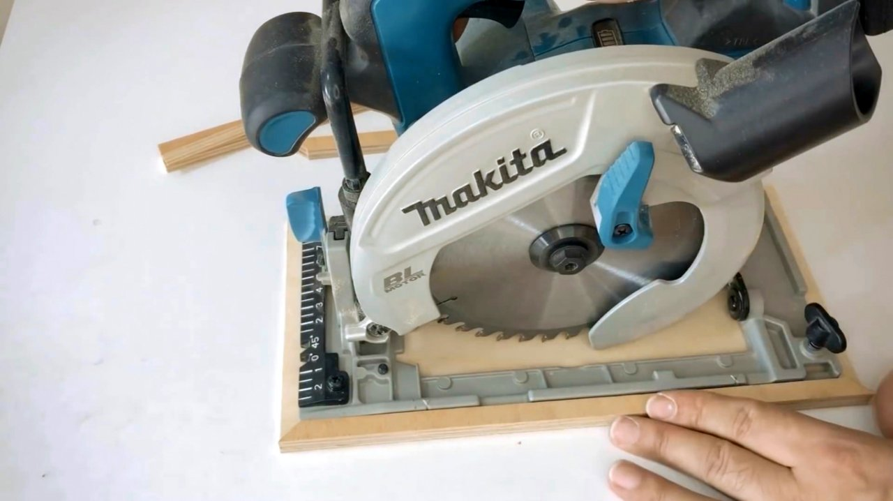 Guide for trimming with circular saws