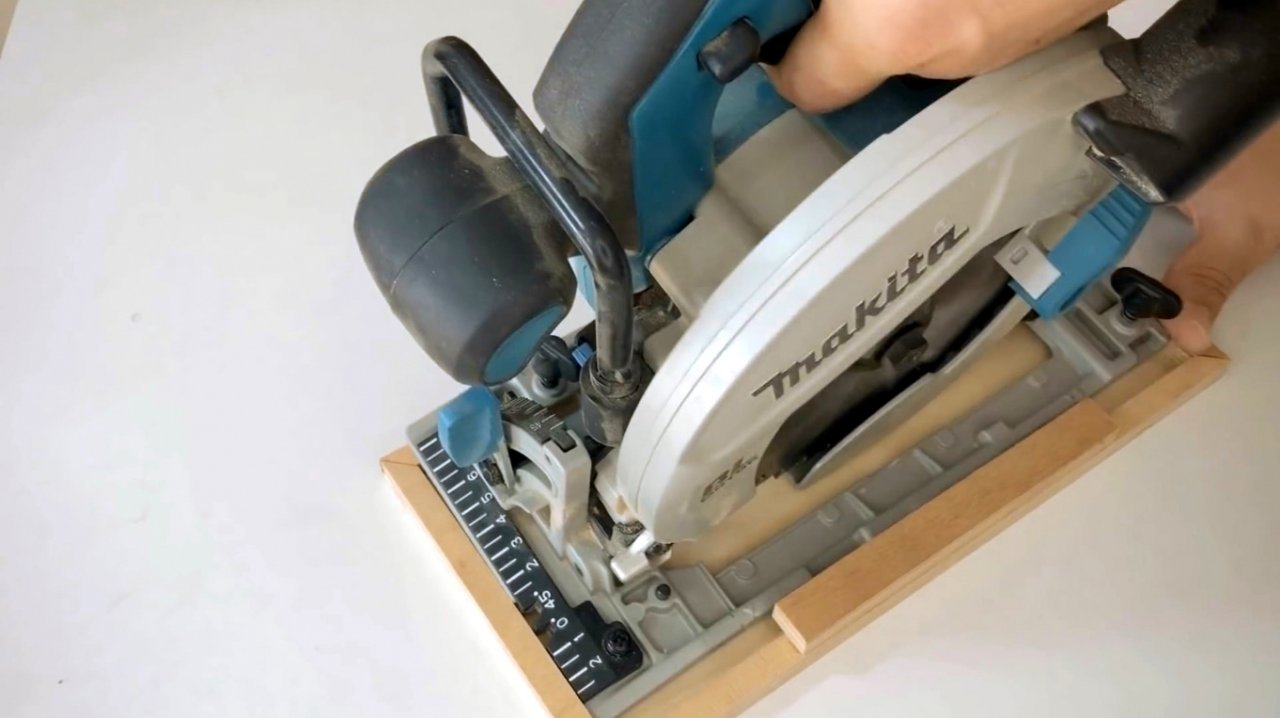 Guide for trimming with circular saw