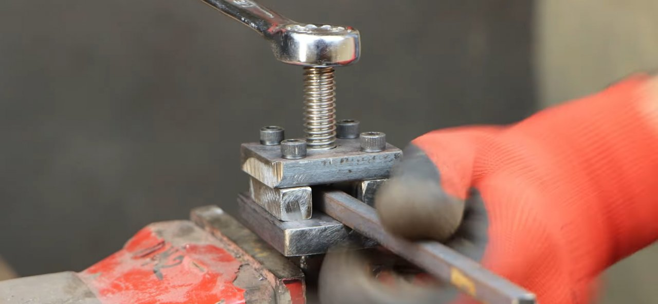 Hand tool for twisting metal spirals