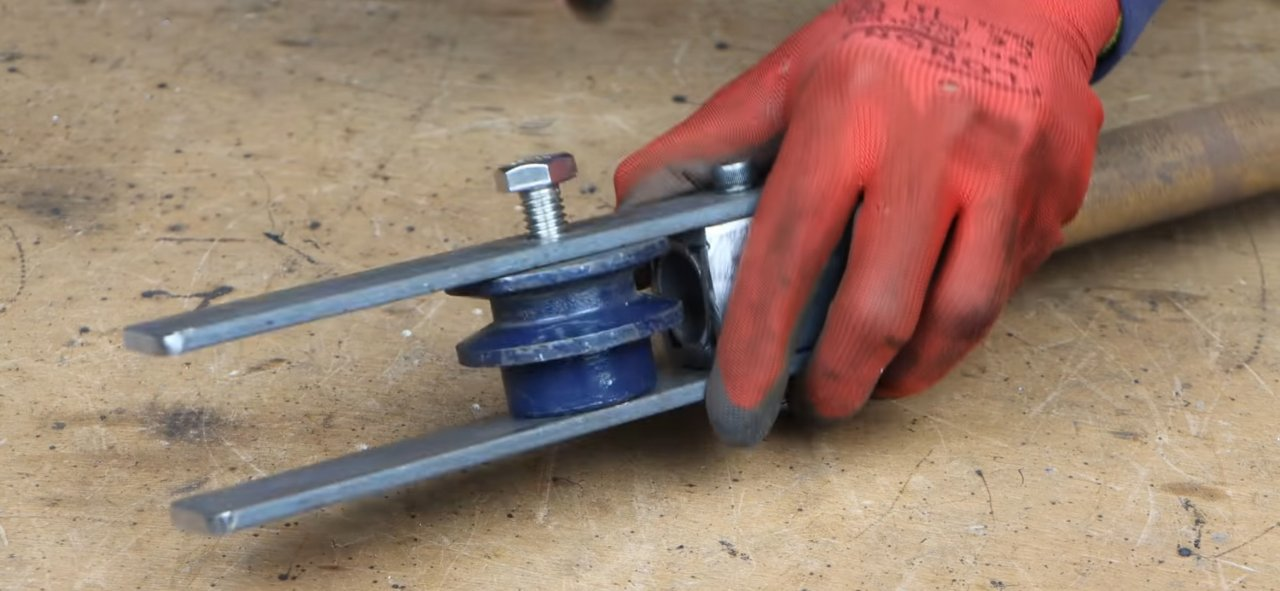 Manual 'bender' for metal reinforcement and rods