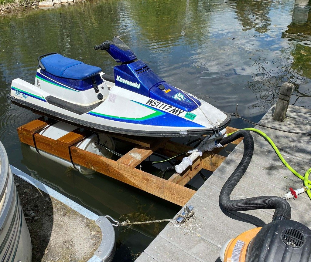 Pneumatic lift for jet skis