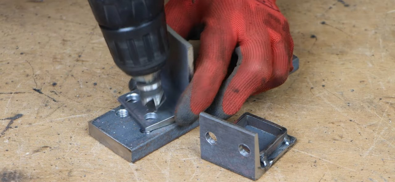 A useful attachment for a hydraulic jack that allows you to jack up bedside tables, cabinets, sofas, etc.