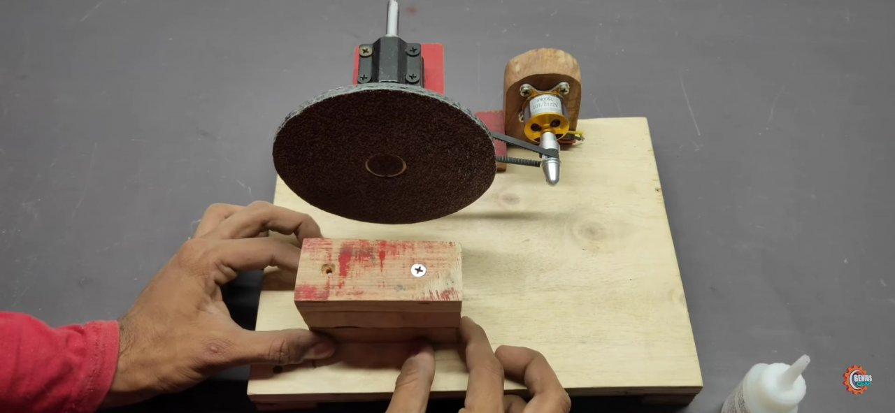 Compact sander from the available tools on a brushless electric motor.