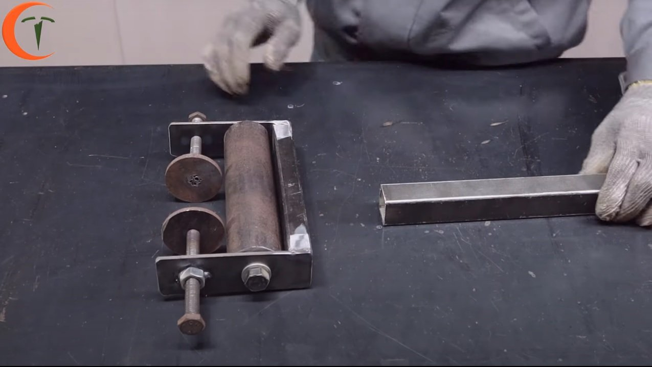 Stand with roller for trimming long parts