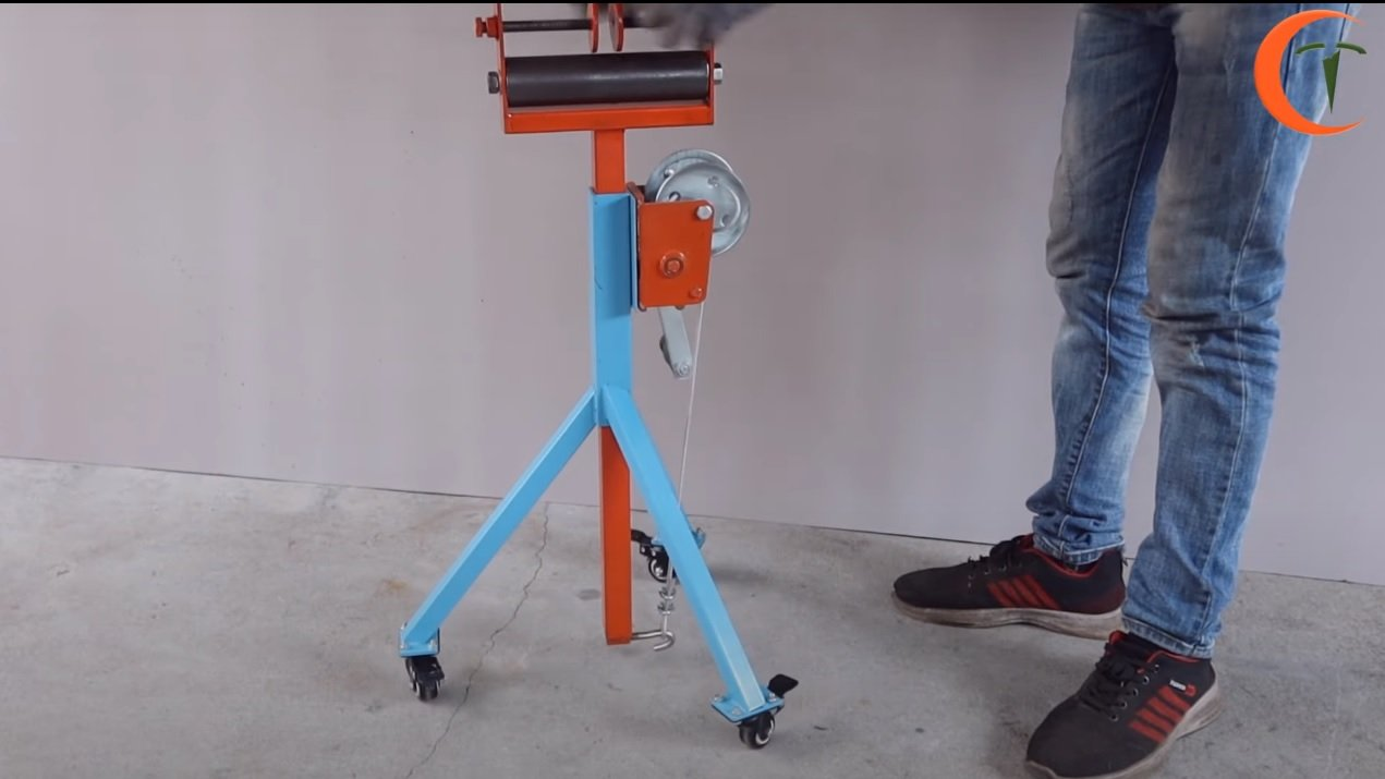 Stand with a roller for trimming long parts