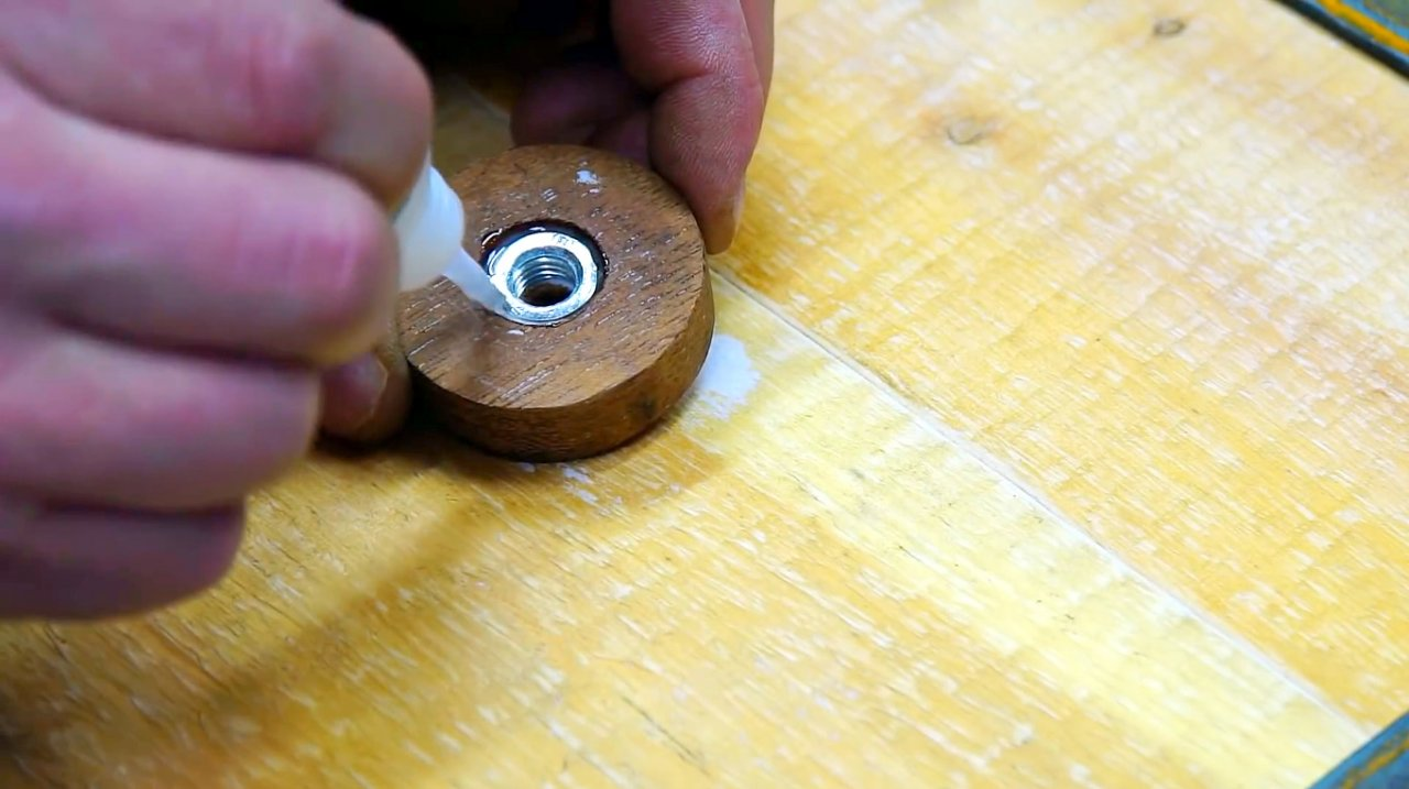 Making a simple nozzle for extruding the sealant with a screwdriver