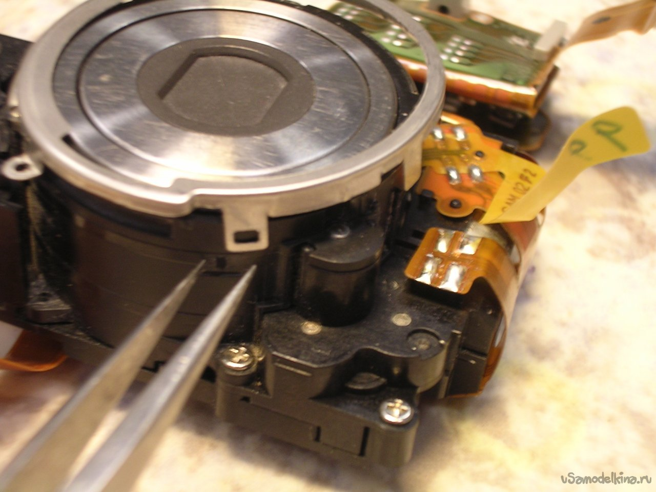 We clean the CANON ixus IIs camera lens from sand