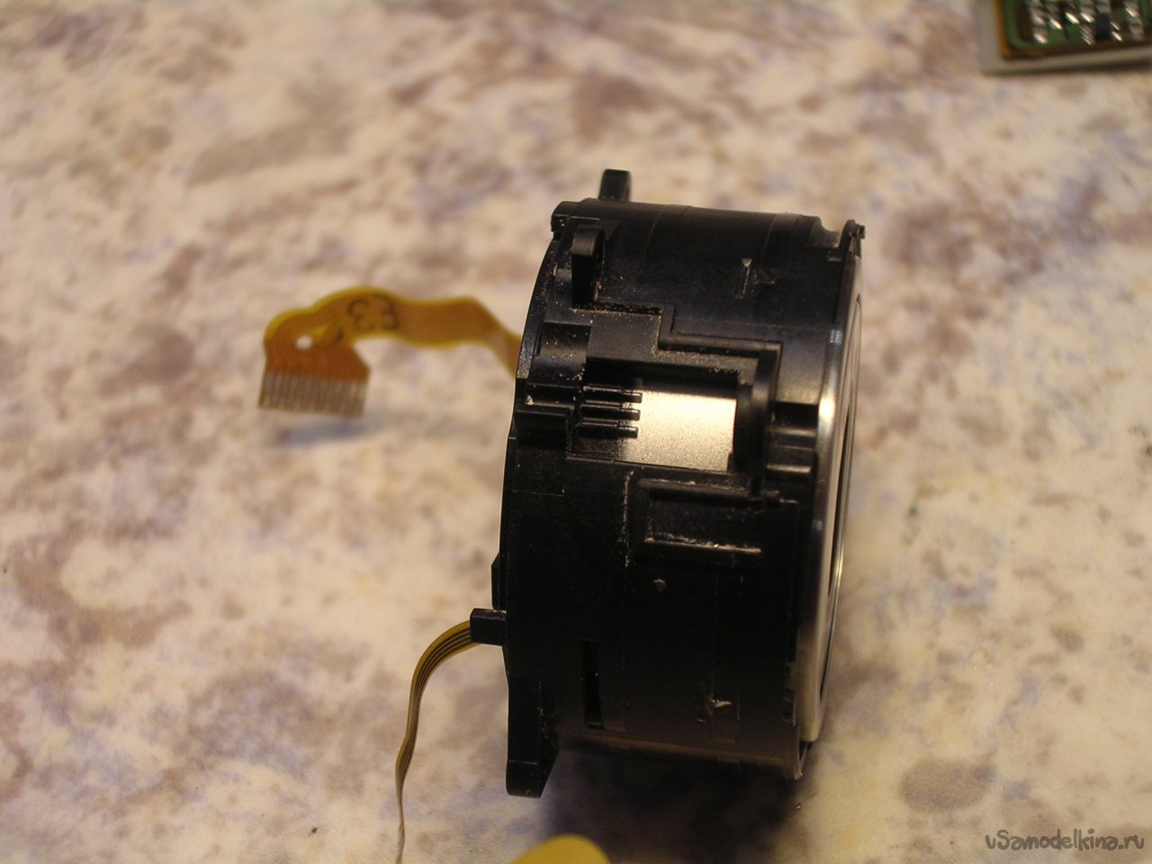 Clean the CANON ixus IIs camera lens from sand