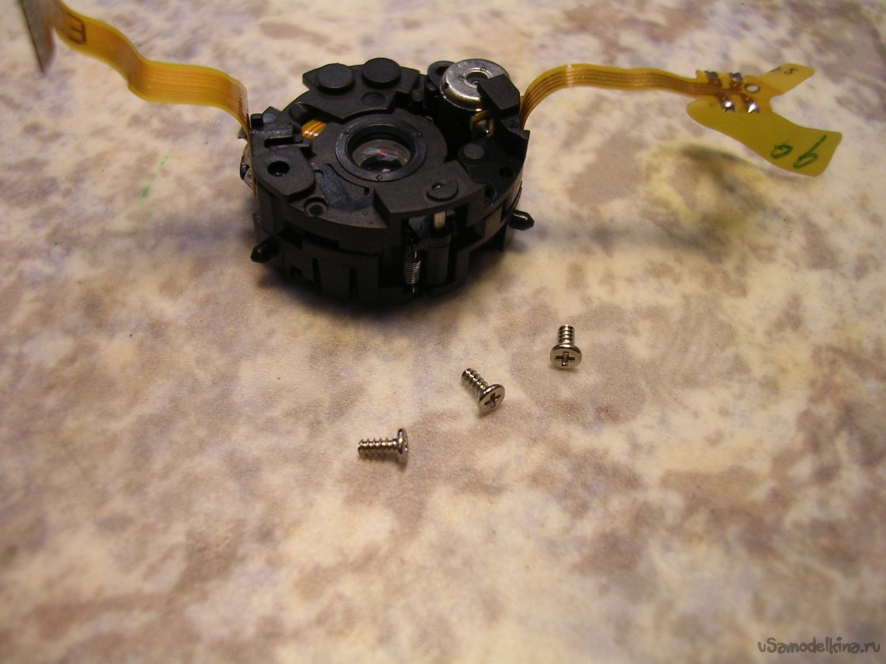 Cleaning the CANON ixus IIs camera lens from sand