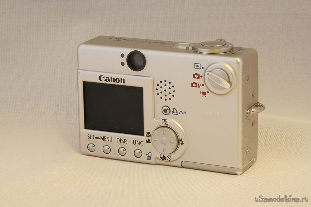 We clean the lens of the CANON ixus IIs camera from sand