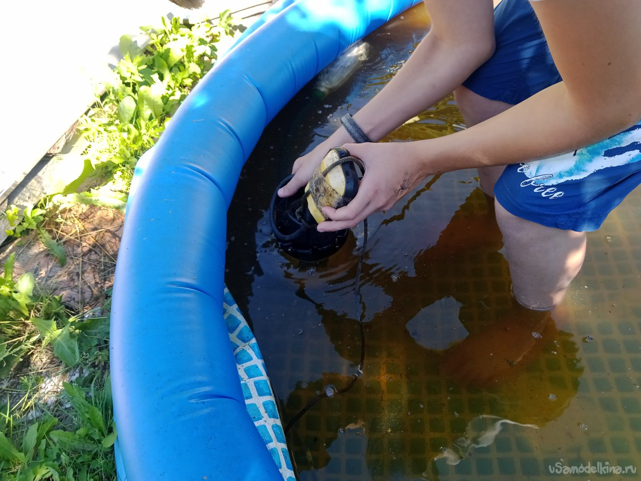 Cleaning the pool with a homemade device and a drainage pump