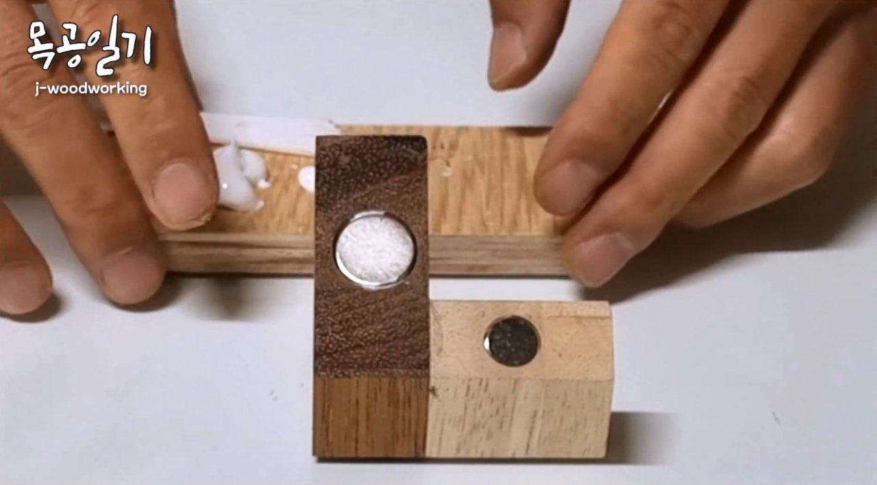 Magnetic guide for cutting