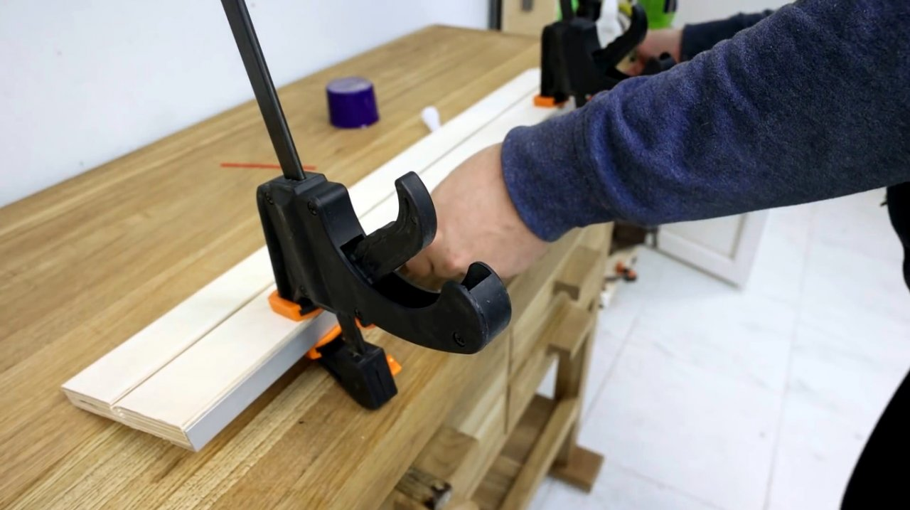 A simple guide for aligning edges with a router