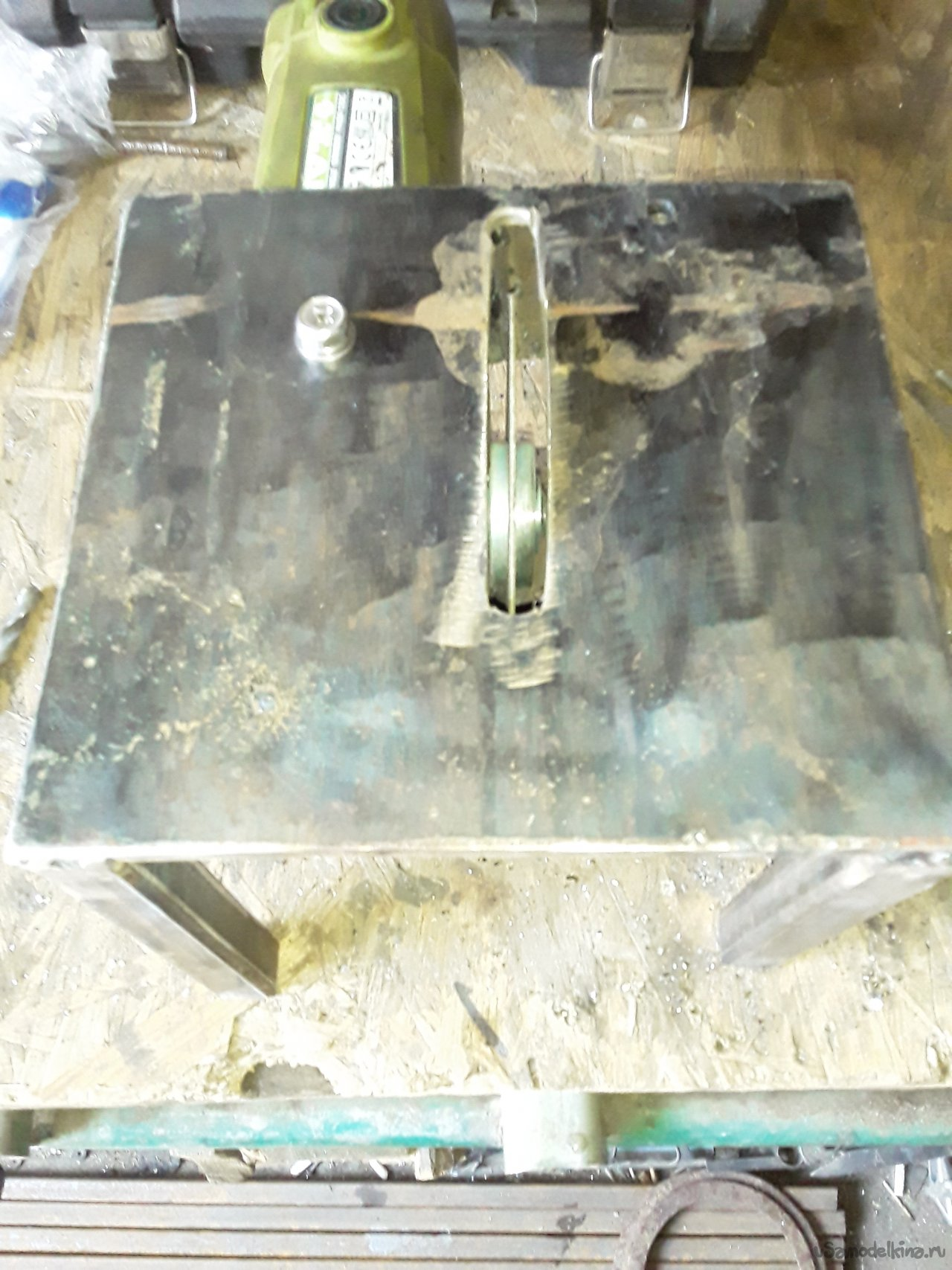 Cutting table for grinder