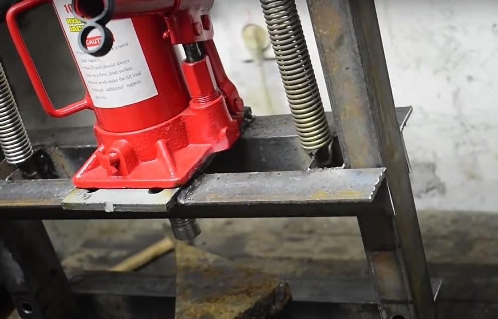 Simple press based on a hydraulic jack
