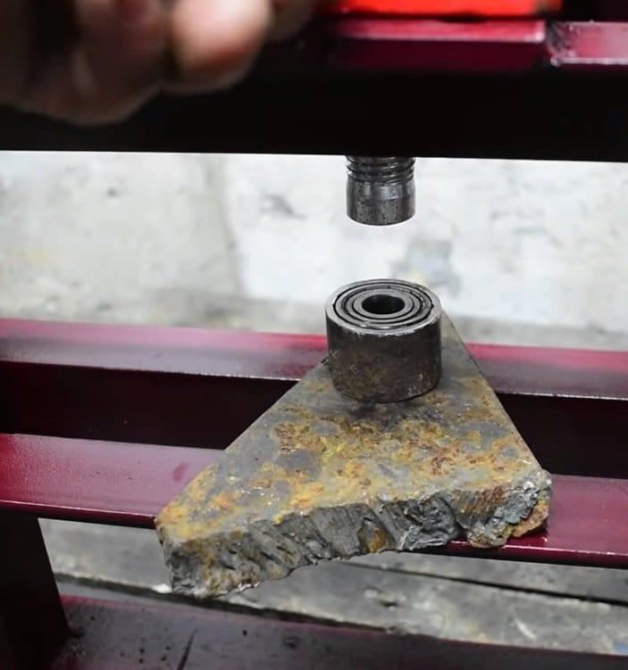 Simple press based on hydraulic jack