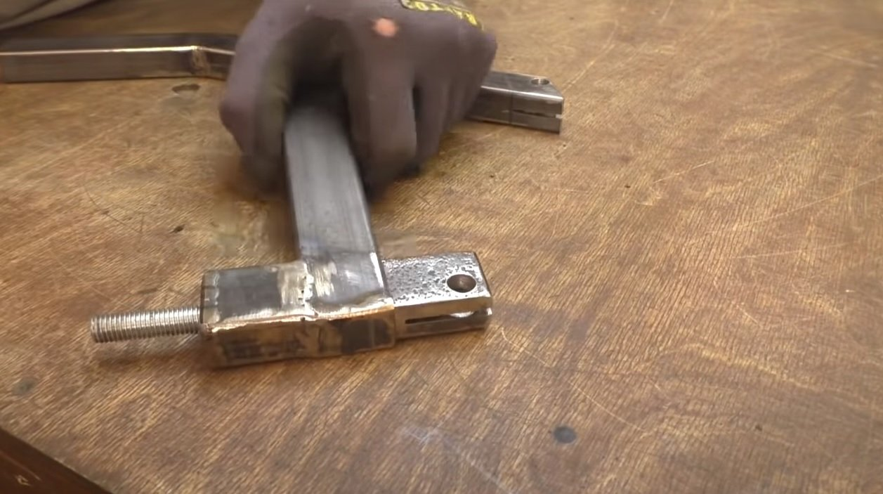 Sawing machine with reciprocating blade movement