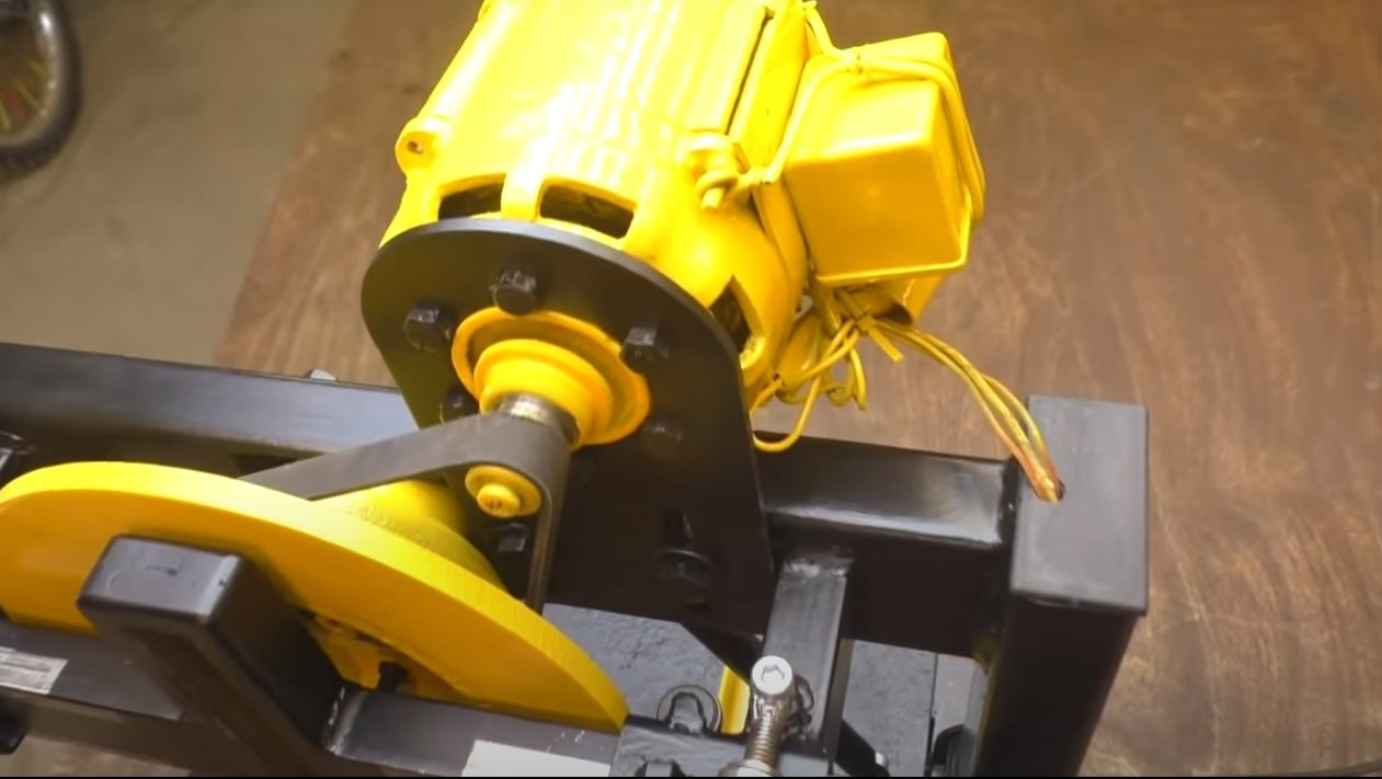 Sawing machine with reciprocating blade motion